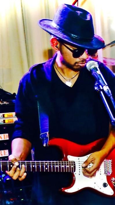 Harrie Jahja Telussa - gitaar (Scheveningen)